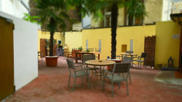 Metro Boutique Hotel Frankfurt   Innenhof mit Gastronomie