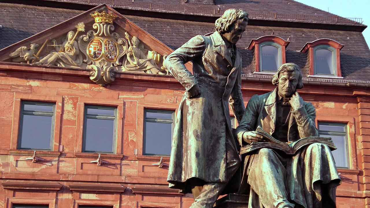 Hanau_Denkmal_Gebrueder_Grimm_1280